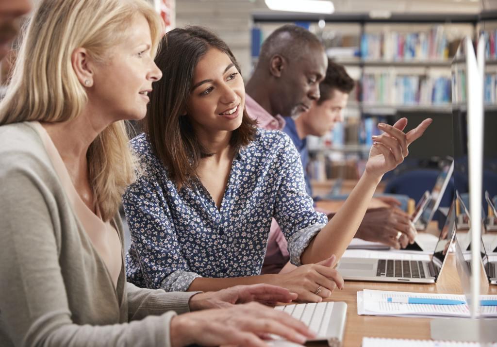 Wie man Mikro- und Makrolernen miteinander verbindet, um eine wirkungsvollere Schulung am Arbeitsplatz zu erreichen
